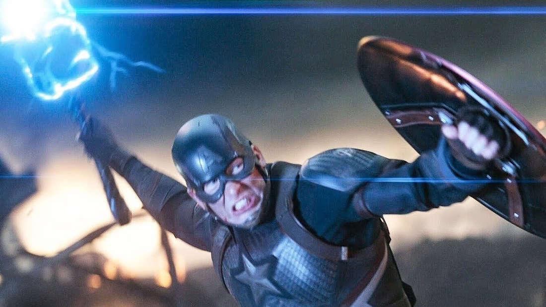 """Steve Rogers als Captain America, der in Marvels """"Avengers: Endgame"""" Thors Hammer Mjölnir schwingt und sehr entschlossen aussieht."""