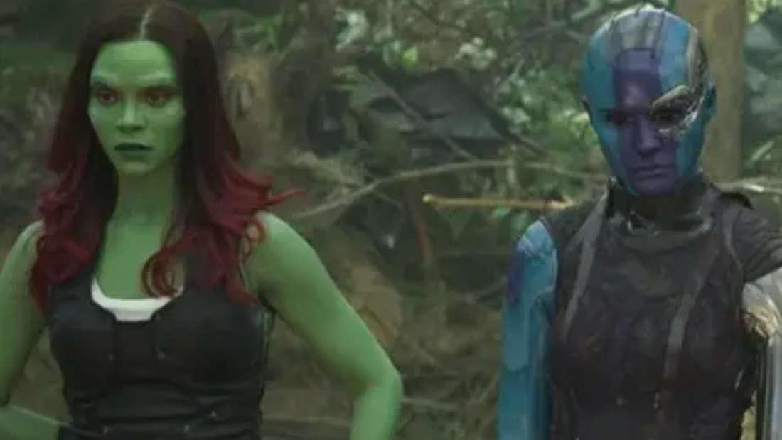 Gamora und Nebula aus den Marvel-Filmen, die nebeneinander stehen.