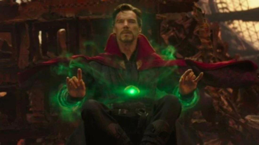 Stephen Strange als Dr. Strange, der mit einem leuchtenden Zeitstein in die Zukunft sieht und dabei sehr konzentriert aussieht.