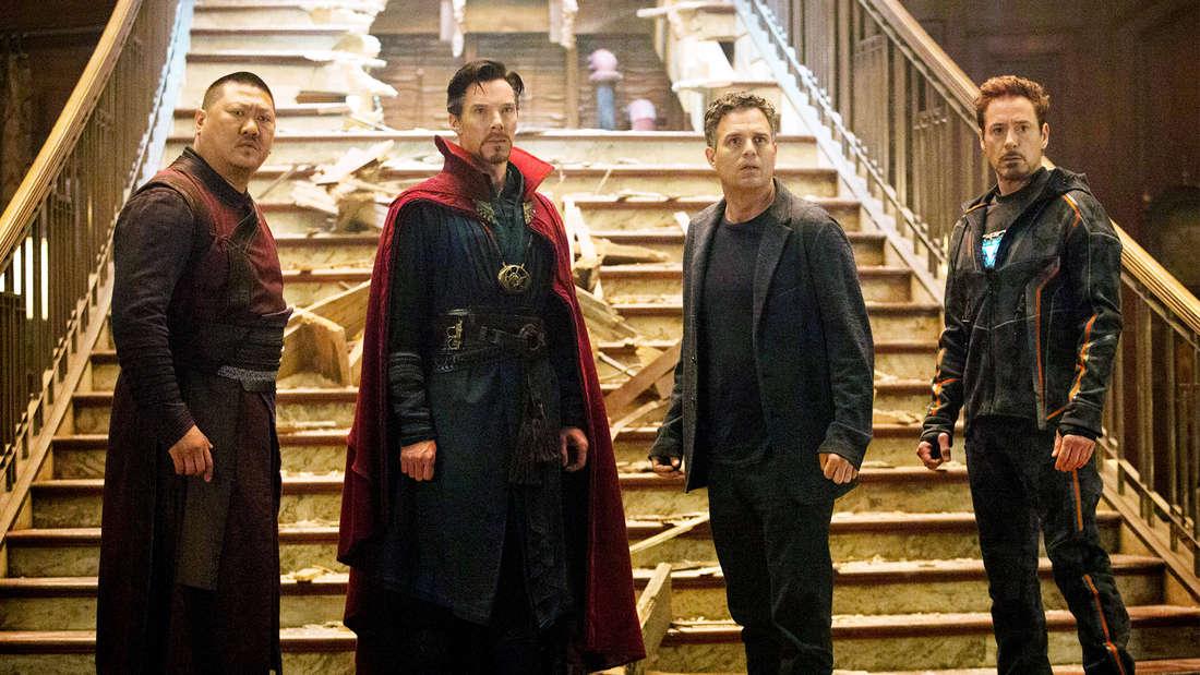 """Wong, Steven Strange, Bruce Banner und Tony Stark in Marvels """"Avengers: Infinity War"""", die alle nebeneinander vor einer eingebrochenen Treppe stehen und geschockt aussehen."""