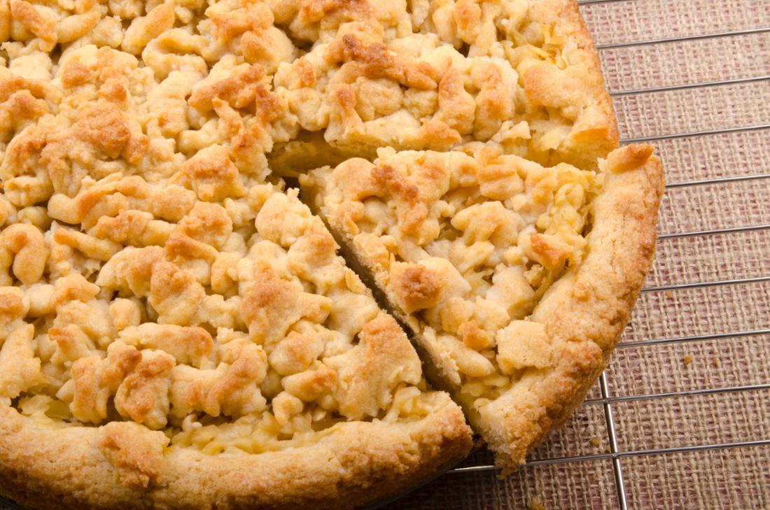 Selbstgemachter Streuselkuchen mit Obst nach Wahl, z. B. Äpfeln, und einer köstlichen Puddingschicht.