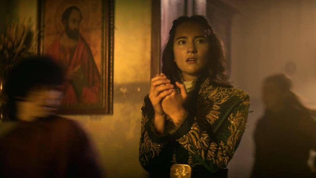 Die Weise Baghra verabreicht Alina einen Trank, damit diese Erinnerungen freilegt.