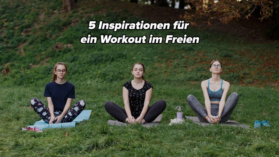 Drei Frauen sitzen gemeinsam nebebeinander im Lotussitz auf ihren Yogamatten und sehen sehr entspannt aus.