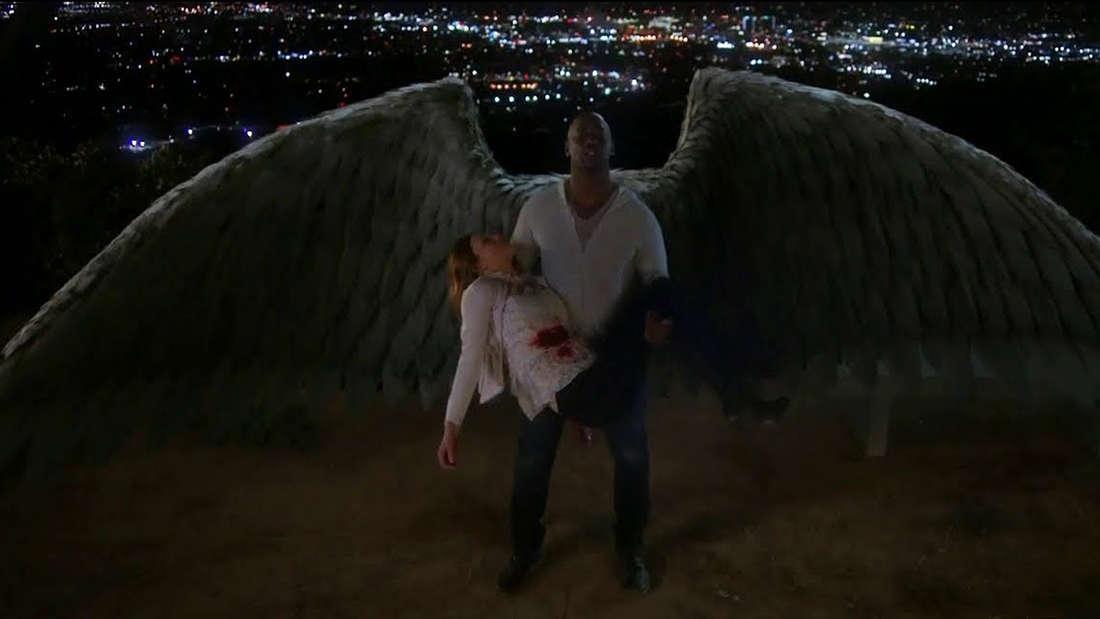Amenadiel fliegt mit Charlotte in den Himmel