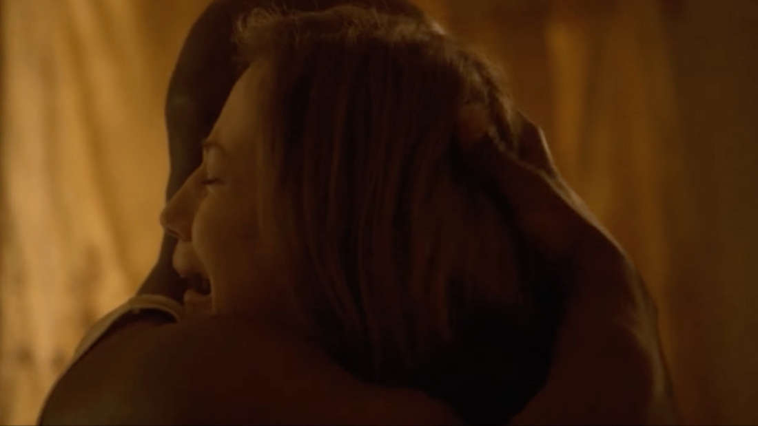 Holy Wayne umarmt Nora.
