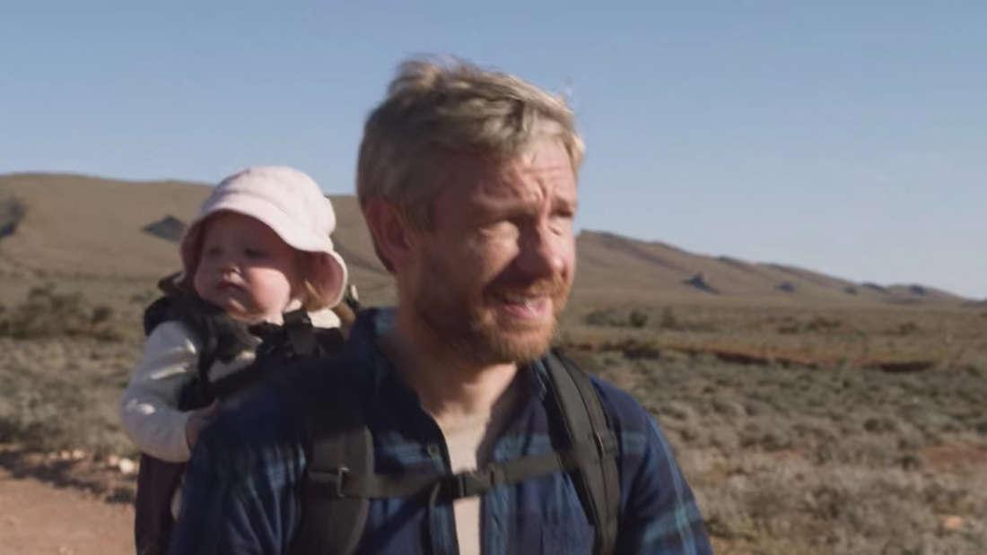 Martin Freeman in Cargo läuft durch das australische Outback mit einem Baby auf dem Rücken.