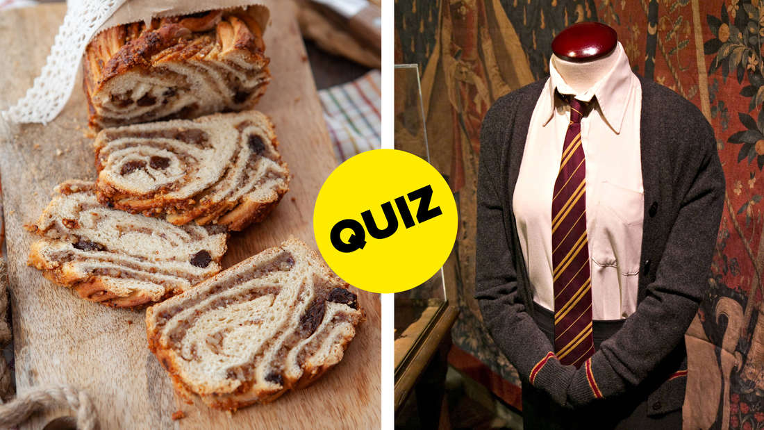 Zimtkuchen, der auf einem Holzbrett liegt und von dem drei Scheiben abgeschnitten wurden. Daneben eine der Uniformen der Charaktere aus Harry Potter, mit grauer Jacke, weißen Hemd und rot-goldener Krawatte.