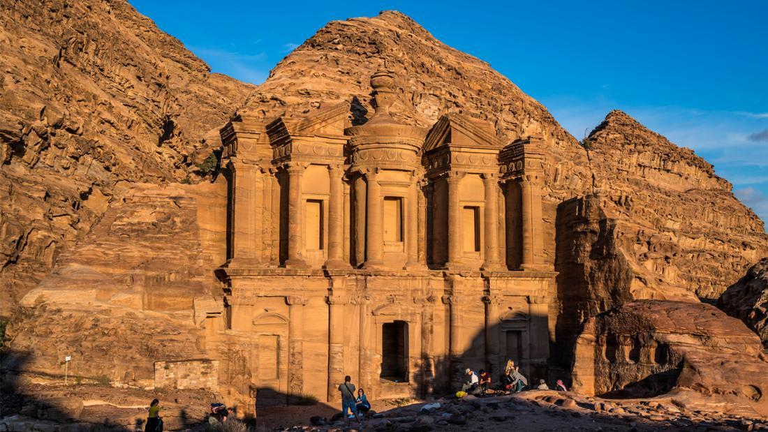 Der Felsentempel Ad Deir in Petra, Jordanien.