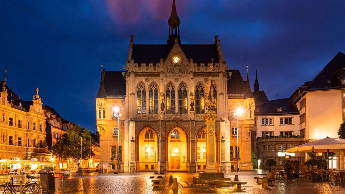 Fischmarkt in Erfurt, der am Abend vor dem beleuchteten Rathaus stattfindet.