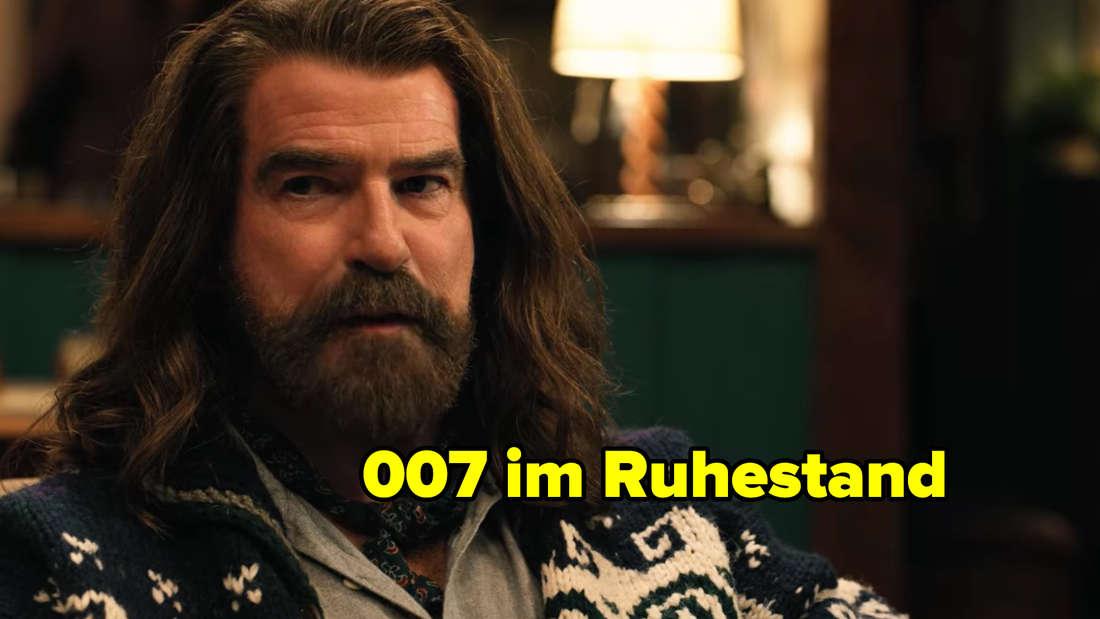 Pierce Brosnan mit langen Haaren und Bart.