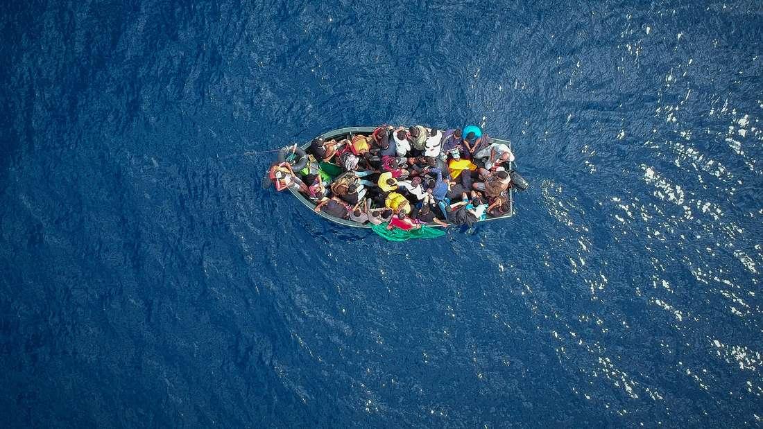 Ein Boot mit Geflüchteten auf dem Mittelmeer.