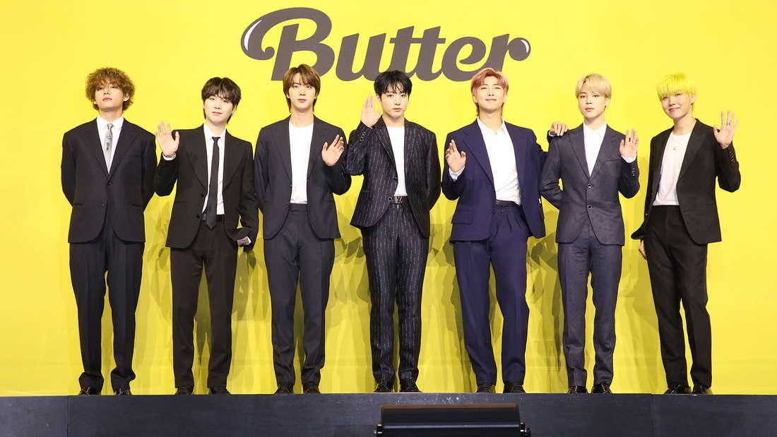 "Kim Taehyung, Min Yoongi, Kim Seokjin, Jeon Jungkook, Kim Namjoon, Park Jimin und Jung Hoseok bei der Pressekonferenz von ""Butter""."