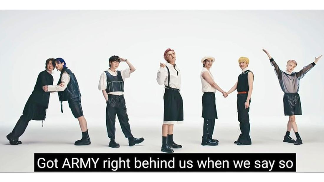 """Kim Taehyung, Min Yoongi, Kim Seokjin, Jeon Jungkook, Kim Namjoon, Park Jimin und Jung Hoseok die im Musikvideo von """"Butter"""" das Wort """"ARMY"""" mit ihren Körpern schreiben."""