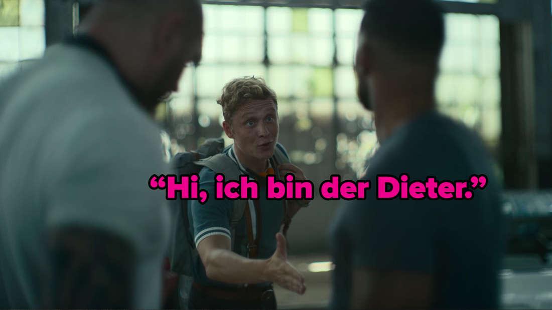 Matthias Schweighöfer reicht einem anderen Teammitglied die Hand und sagt: Hi, ich bin der Dieter.