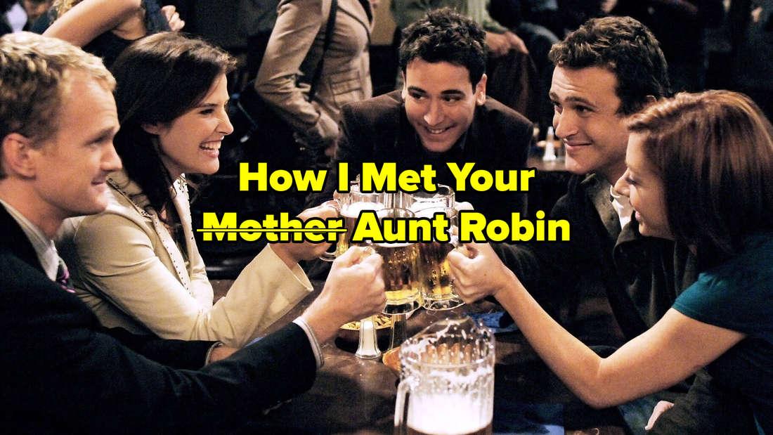 Barney, Robin, Ted, Marshall und Lily sitzen in der Bar und stoßen mit Bier an. Text: How I Met Your Mother (Mother durchgestrichen) Aunt Robin