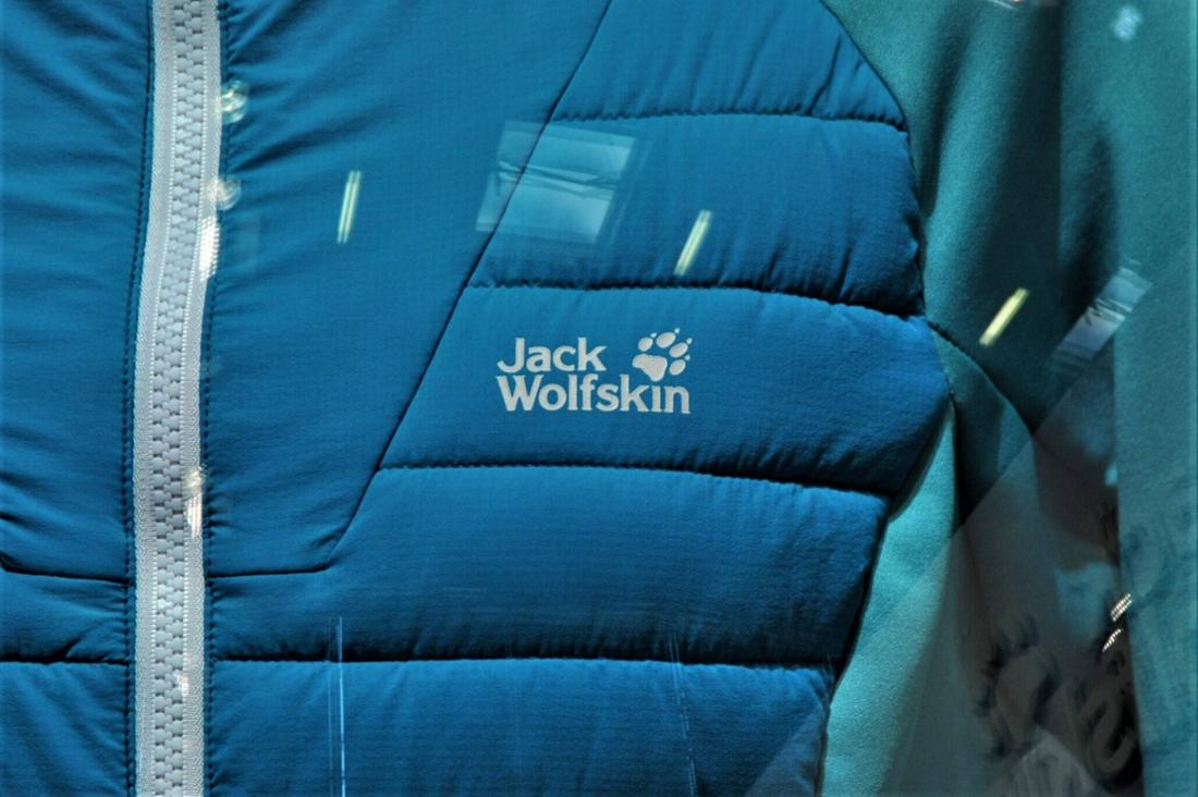Eine blaue Jack Wolfskin-Jacke.