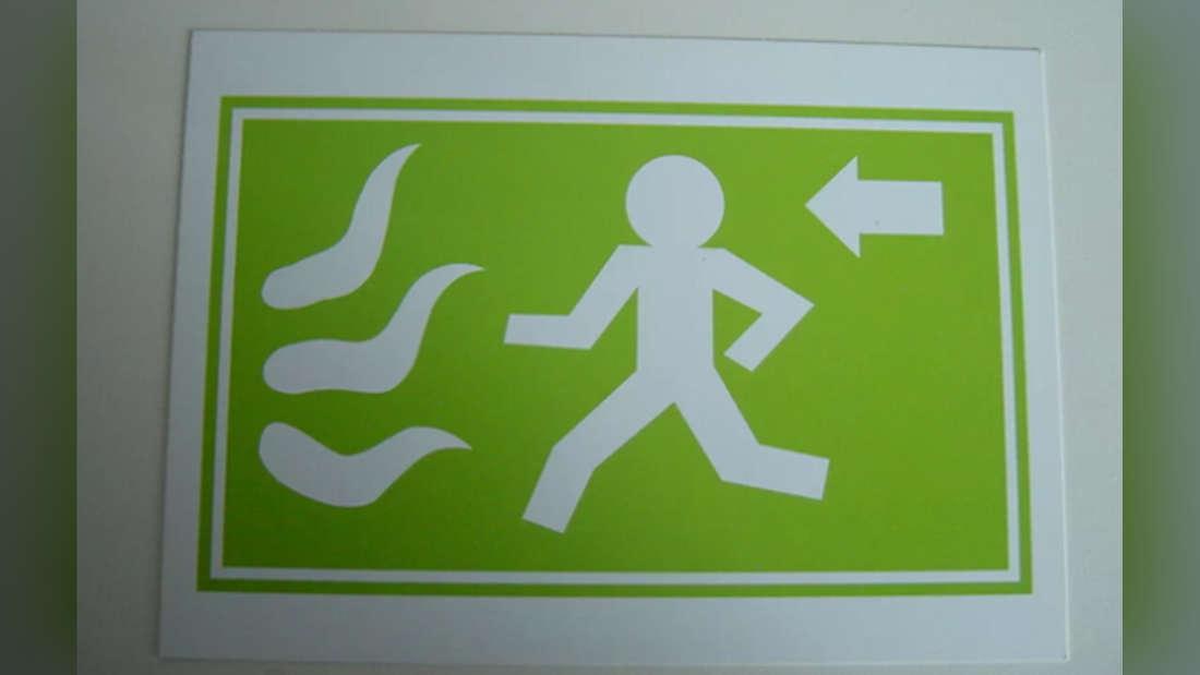 Ein Schild, das aussieht, als würde das Strichmännchen direkt ins Feuer laufen.