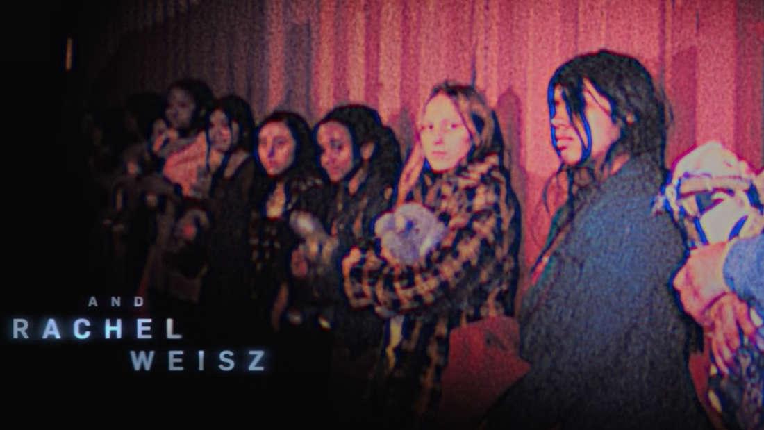 """Entführte Mädchen im Vorspann von """"Black Widow"""" stehen vor einem Container nebeneinander"""