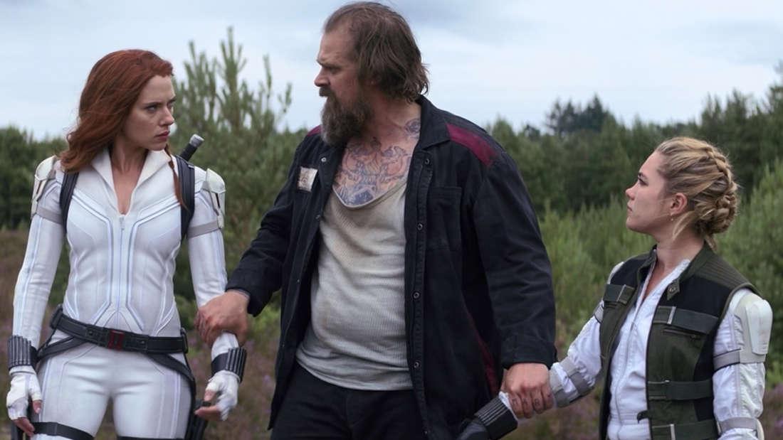 Alexei hält Natasha und Yelena an je einem Handgelenk. Die beiden sehen ihn irritiert und genervt an.