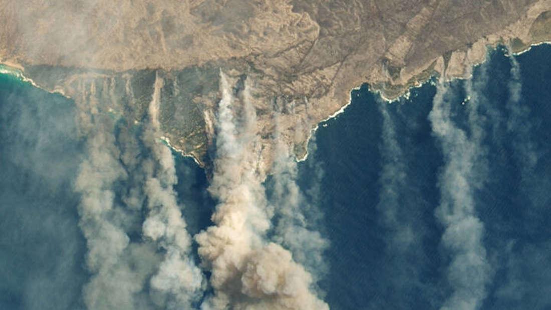 Kangaroo Island aus der Vogelperspektive von dichtem Rauch bedeckt