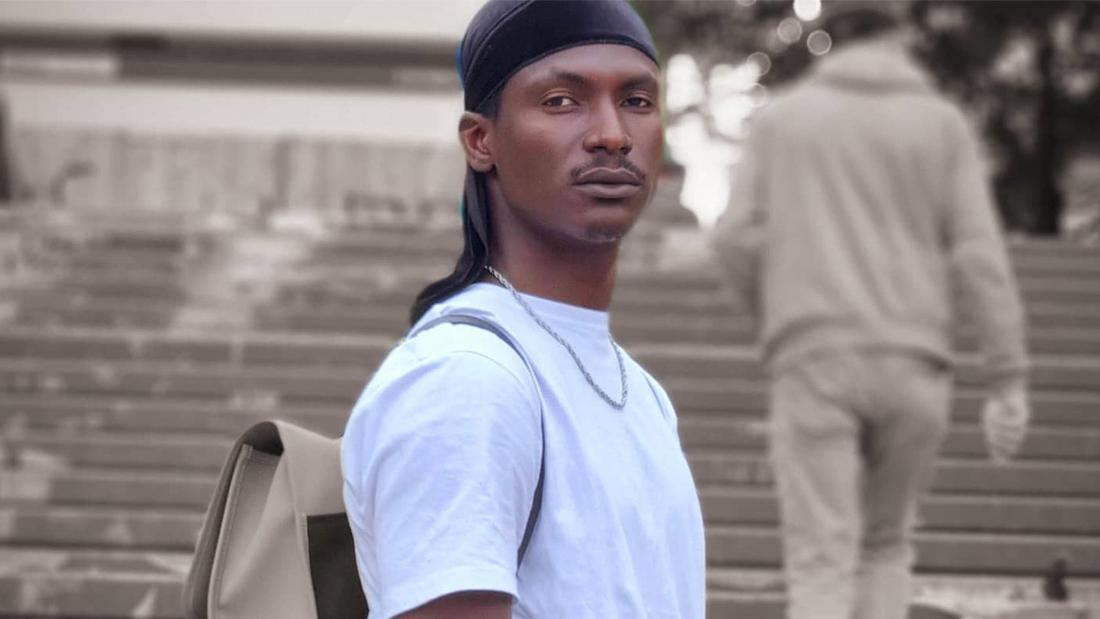 Sekou Yatara alias Remy, der auf einer Treppe post.