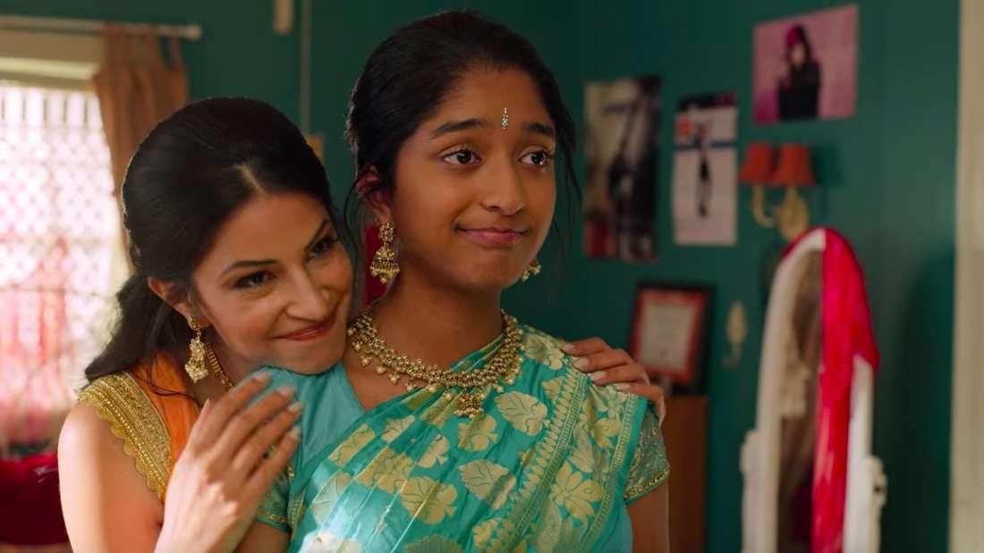 Devi und Kamala stehen zusammen im Sari vorm Spiegel