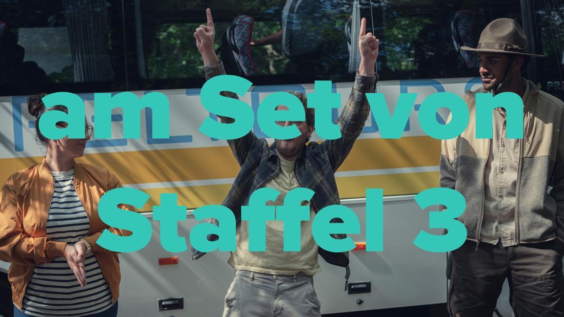 """Am Set von Staffel 3: Zwei Lehrer und Ranger Joseph vor dem Schulbus in  Der Cast von """"How To Sell Drugs Online (Fast)"""" Staffel 3"""