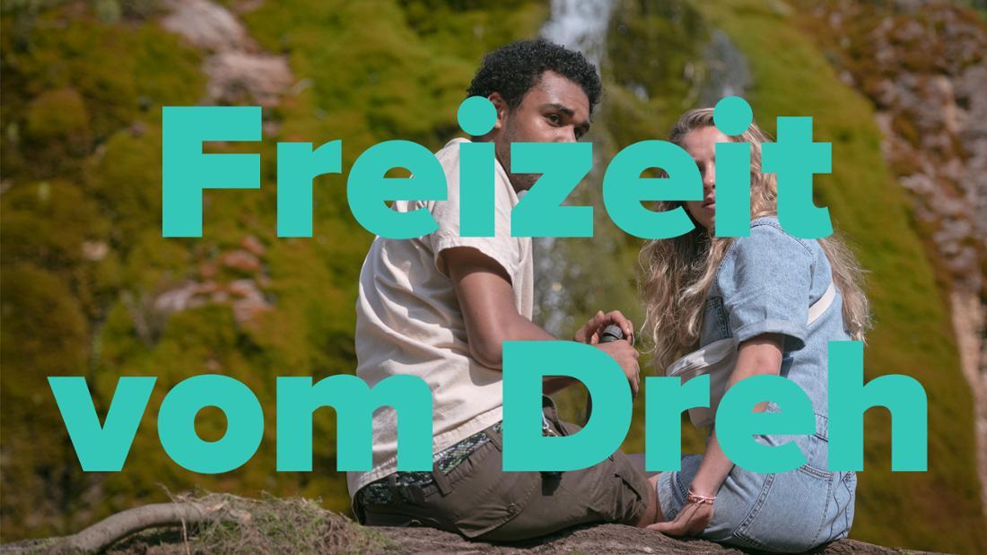 """Langston Uibel und Lena Klenke in """"How To Sell Drugs Online (Fast)"""" Staffel 3 sitzen auf einem Felsen im Wald."""