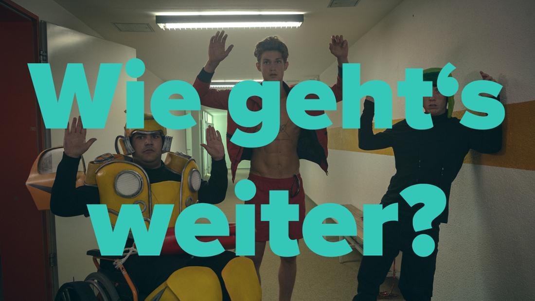 """Wie geht's weiter mit """"How To Sell Drugs Online (Fast)""""? Lenny, Dan und Moritz stehen in der Schule mit erhobenen Händen."""