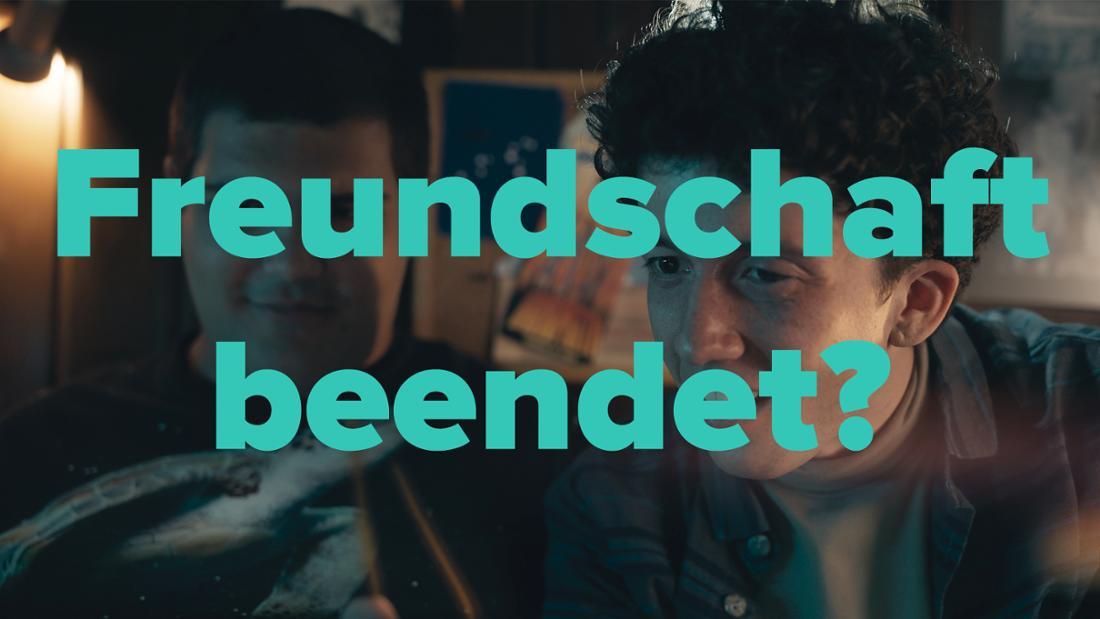 """Lenny und Moritz in """"How To Sell Drugs Online (Fast)"""" sitzen zusammen in Moritz Zimmer"""