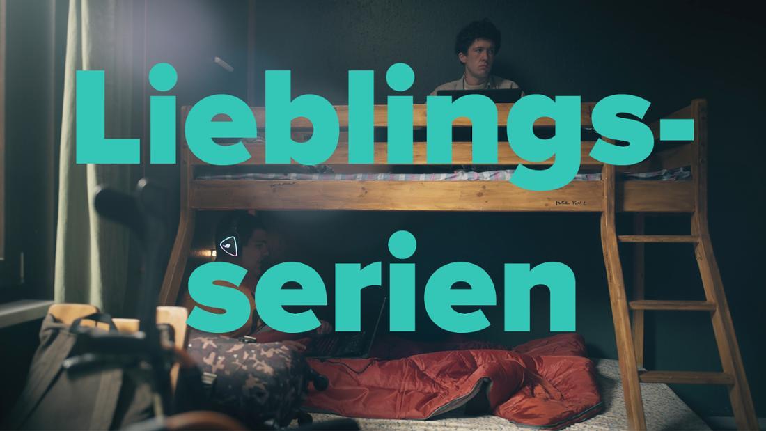 """Lenny und Moritz in """"How To Sell Drugs Online (Fast)"""" Staffel 3 sitzen auf einem Stockbett in einer Hütte"""