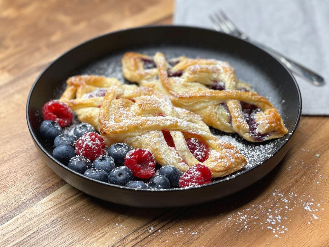 Das Rezept für Blätterteigzöpfe mit Vanillepudding und Beeren.