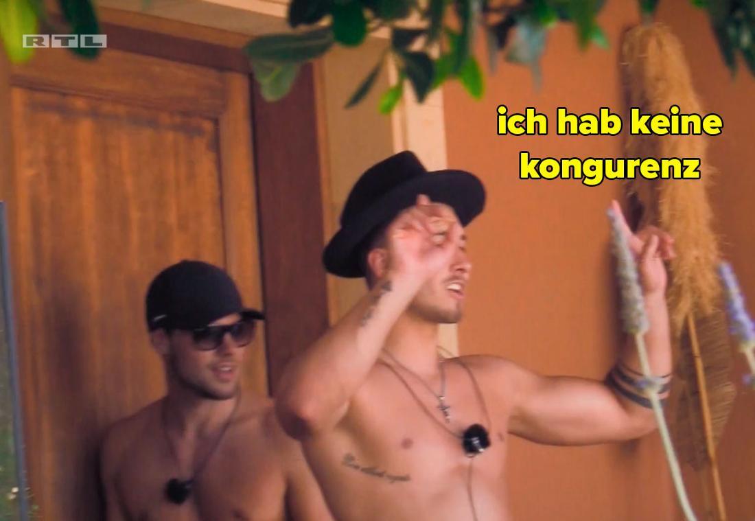 Lars schnappt sich den Hut aus dem Gepäch der Neuankömmling und erklärt, er habe keine ,Kongurenz'