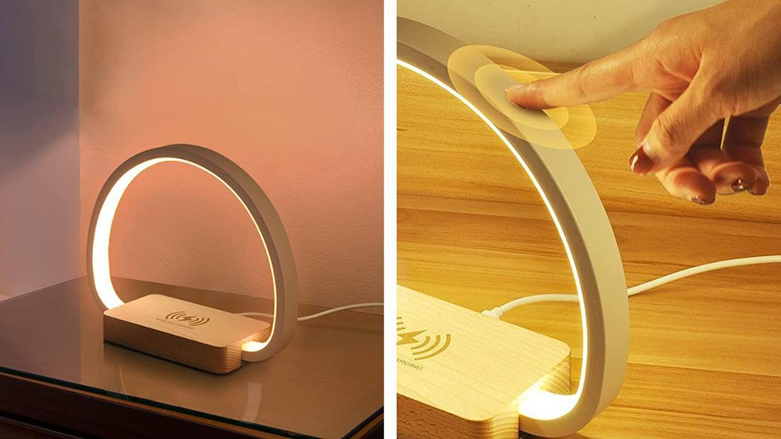 Tischlampe in Ringform in weiß mit Fuß in Holzoptik, der als Wireless-Ladegerät dient