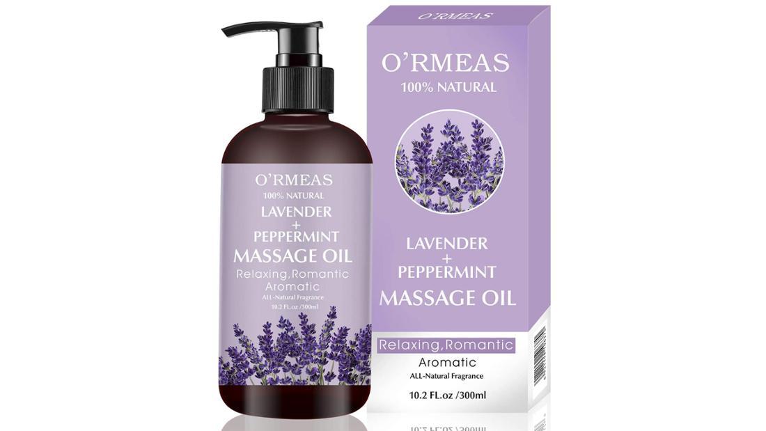 Eine 300 ml Flasche Massageöl mit Pumpverschluss und fliederfarbenen Etikett.