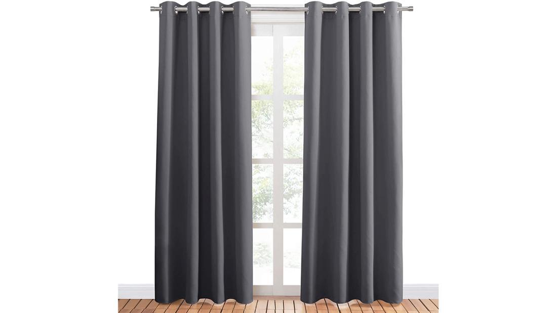 Ein Paar dunkelgraue Vorhänge, die bis zum Boden reichen