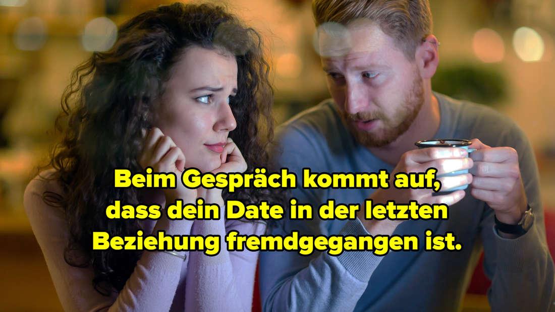 """Eine Frau und ein Mann, die nebeneinander sitzt. Der Mann hält eine Tasse in der Hand und lächelt, die Frau sieht nicht begeistert aus. Text: """"Beim Gespräch kommt auf,  dass dein Date in der letzten  Beziehung fremdgegangen ist."""""""