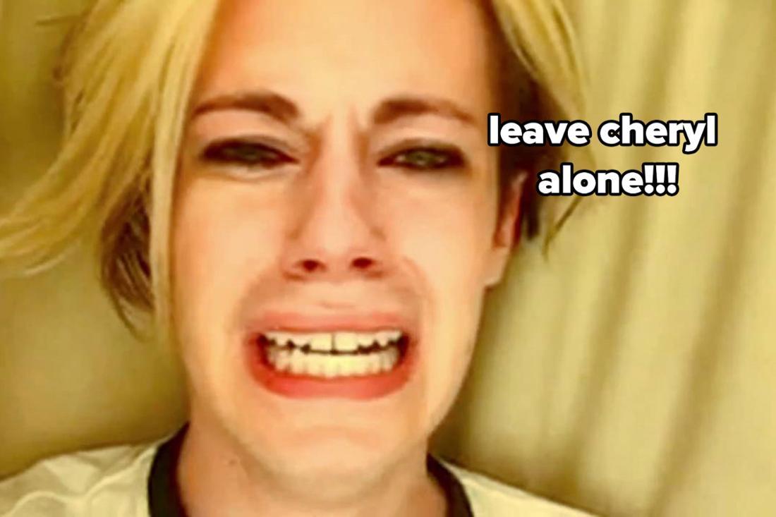 """Ein Screenshot aus Chris Crockers berühmten """"Leave Britney alone!""""-Video, in dem er weinen darum bittet, Britney Spears in Frieden zu lassen. Dazu der Text: """"Leave Cheryl alone."""""""