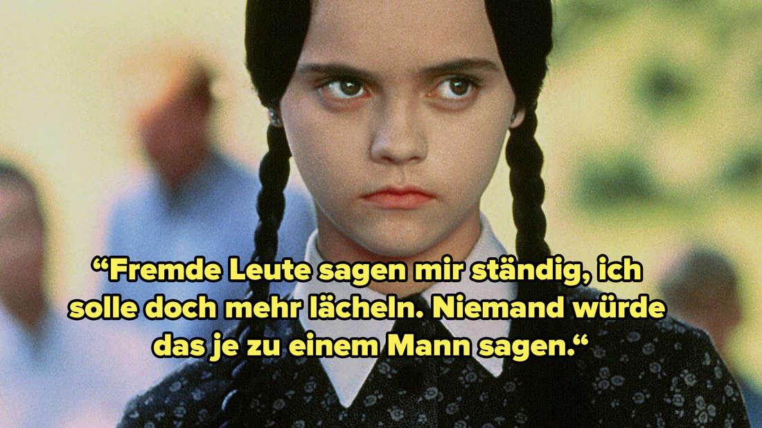 """Ein Bild von Wednesday Addams, die nicht lächelt. Im Hintergrund sind verschwommen Personen zu erkennen. Text: """"Fremde Leute sagen mir ständig, ich solle doch mehr lächeln. Niemand würde das je zu einem Mann sagen."""""""
