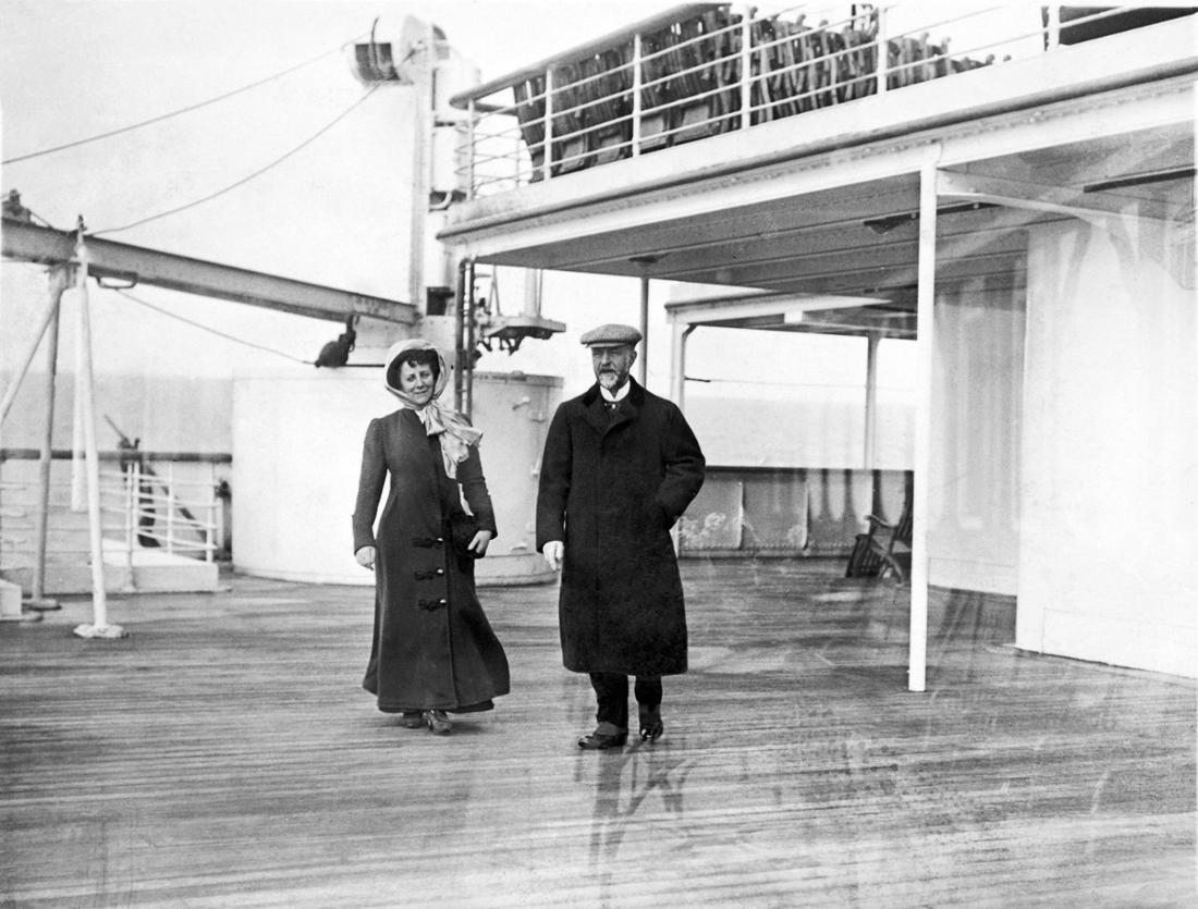 Schwarz-Weiß-Aufnahme von einem Mann und einer Frau, die über das Deck schreiten.