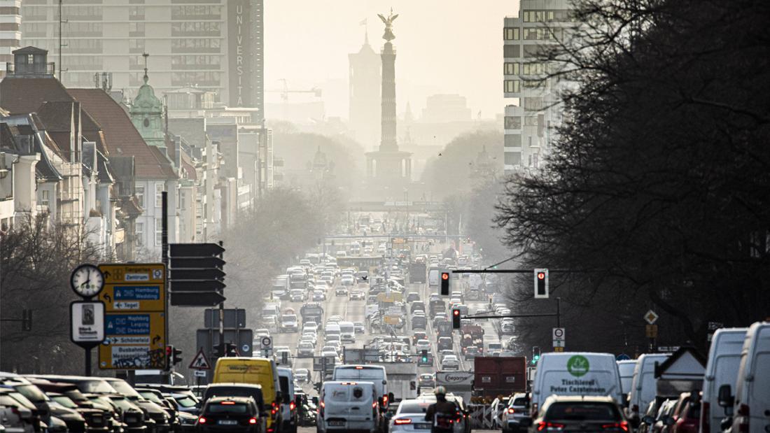Der Verkehr in Berlin. Viele Autos sind auf einer Straße, die in Richtung Siegessäule fährt.