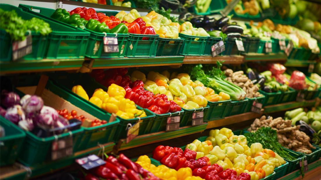 Eine Gemüseabteilung in einem Supermarkt.