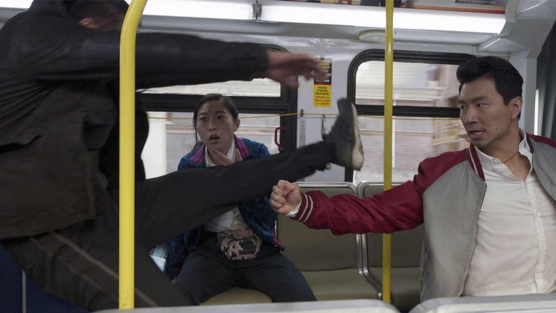 """Shang-Chi und Katy im Film """"Shang-Chi and The Legends of The Ten Rings"""", wie sie einen Bösewicht bekämpfen."""