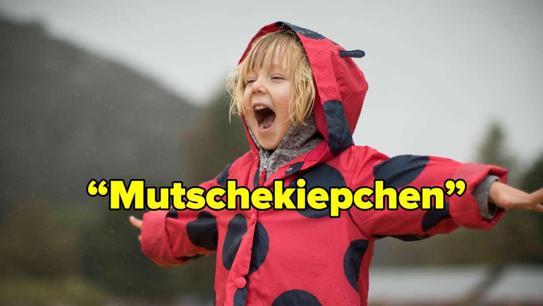 """Ein Kind, das eine Jacke mit Marienkäfer-Muster trägt und die Arme ausstreckt. Text: """"Mutschekiepchen."""""""