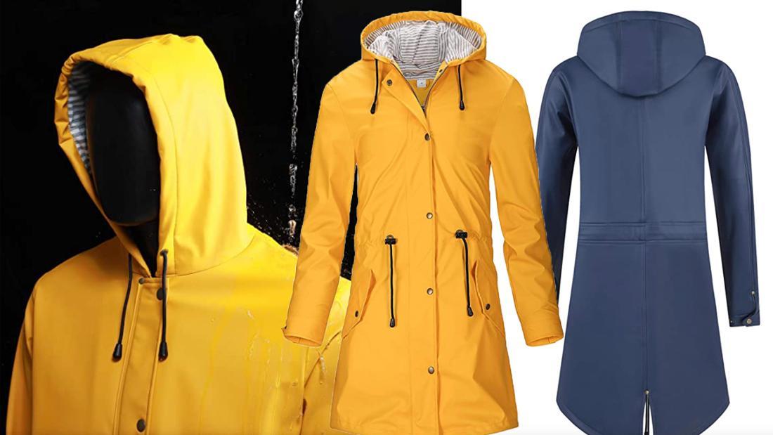 Eine lange, gelbe und eine blaue Regenjacke mit gestreiften Futter und Kapuze.