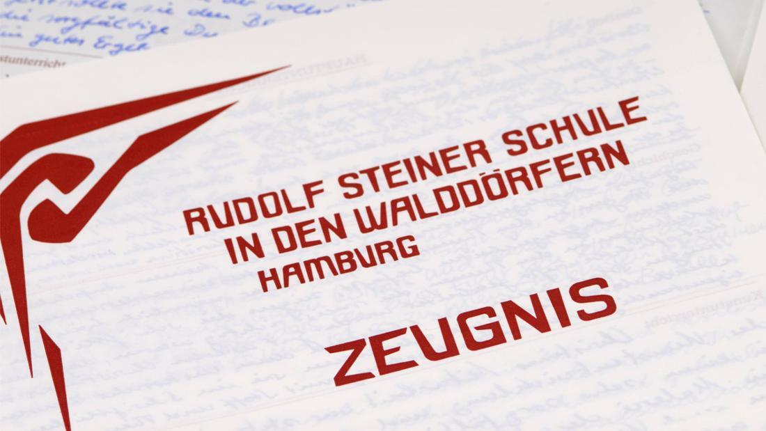 Ein Zeugnis der Rudolf Steiner Schule in den Waldörfern in Hamburg.