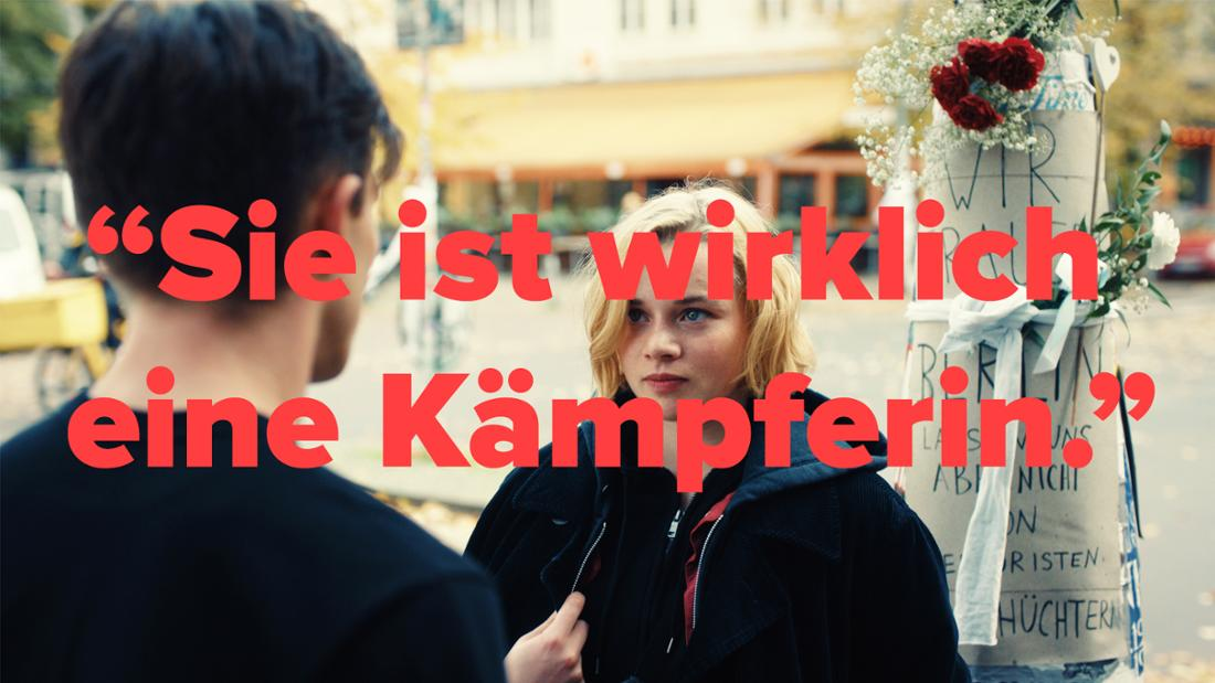 """""""JE SUIS KARL"""": Maxi (Luna Wedler) trifft am Ort des Anschlags in Berlin auf Karl (Jannis Niewöhner). Text: """"Sie ist wirklcih eine Kämpferin"""""""