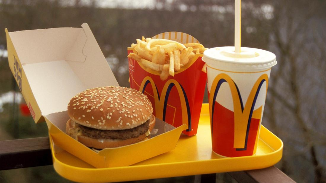 Ein Bild von einem McDonald's Menü mit einem Burger, Pommes und einem Getränk.