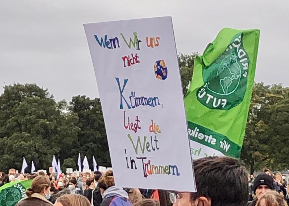 """Ein Plakat beim Klimastreik von """"Fridays for Future"""" in Berlin."""