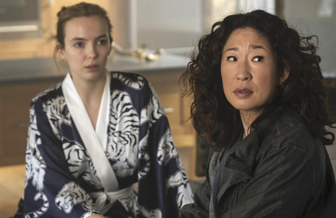 Sandrah Oh schaut skeptisch. Jodie Comer sitzt im Kimono neben ihr und schaut angespannt.
